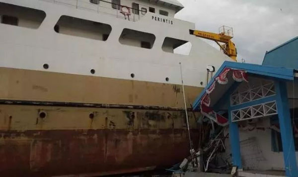 至少有三艘船搁浅!印尼强震引发海啸已致384人死亡