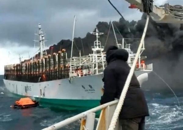 渔船疑因机舱发电机过热爆炸起火,现场浓烟密布.(互联网