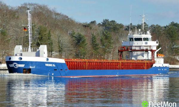 """雜貨船""""HEINZ G""""號船首因與Mole 2相撞而嚴重受損"""